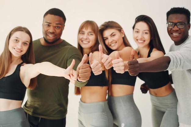 Grupa sportowa pozycja na białej ścianie