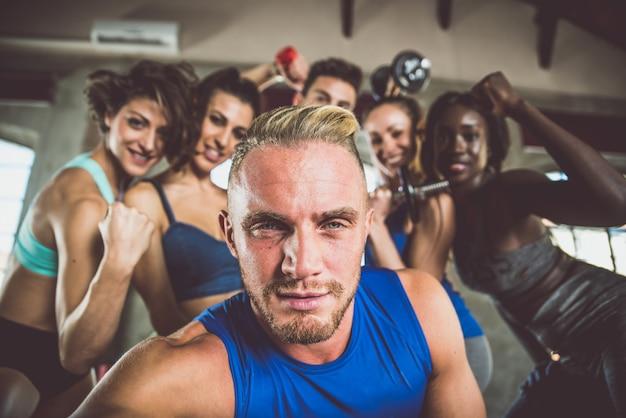 Grupa sportowców biorąc selfie na siłowni