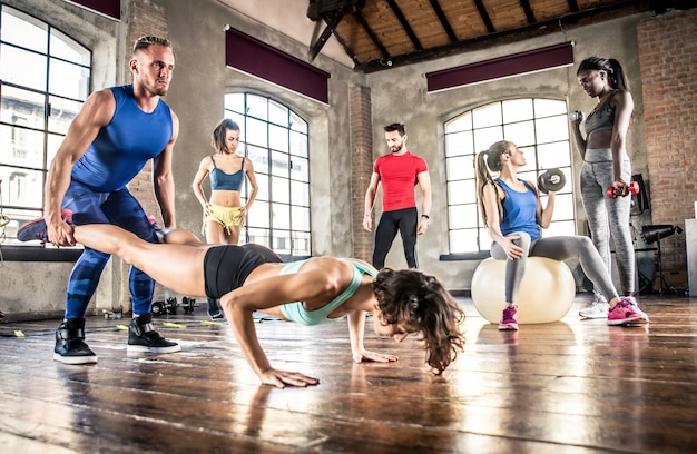 Grupa sportowców trenujących z funkcjonalną gimnastyką