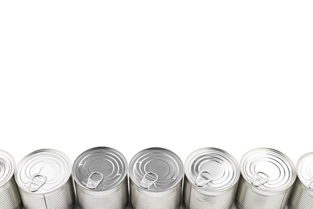 Grupa srebra konserwy na białym tle.