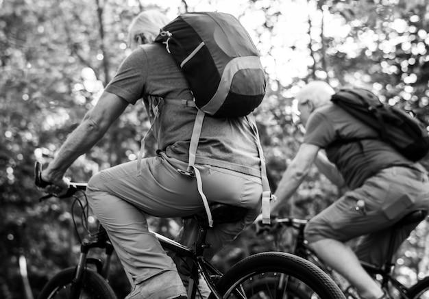 Grupa starsi dorośli jechać na rowerze w parku