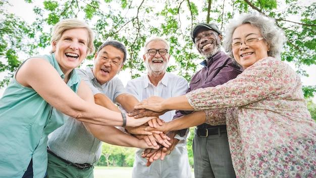 Grupa starsza emerytura ćwiczy więzi pojęcie