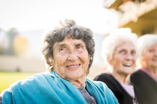 Grupa starsze kobiety w naturze wpólnie