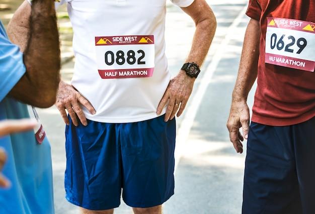 Grupa starszych biegaczy w parku