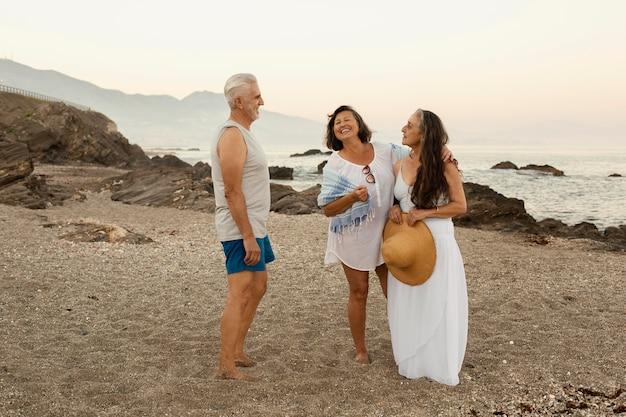 Grupa starszych przyjaciół cieszących się dniem na plaży?