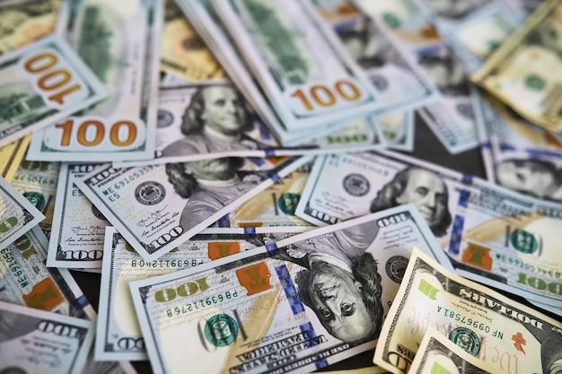 Grupa stos pieniędzy 100 dolarów banknotów dużo tekstury tła. pieniądze gotówkowe w dużym stosie jako tło finansów.
