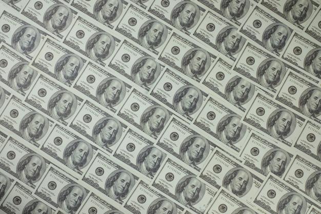 Grupa stosu banknotów 100 dolarów amerykańskich, z których wiele jest ułożonych w piękny