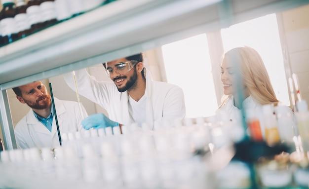 Grupa studentów chemii pracujących razem w laboratorium