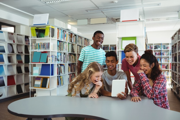 Grupa studentów korzystających z cyfrowego tabletu