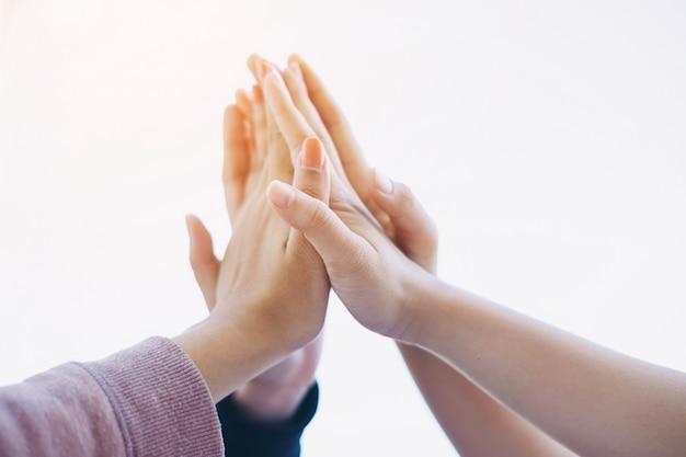 Grupa studentów lub biznesmen ręce razem do pracy zespołowej i koncepcji współpracy biznesowej.