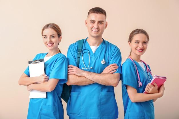 Grupa studentów medycyny na jasnej powierzchni