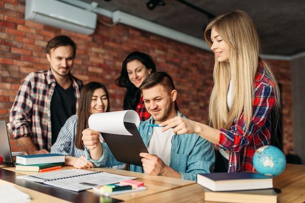 Grupa studentów razem patrząc na laptopie