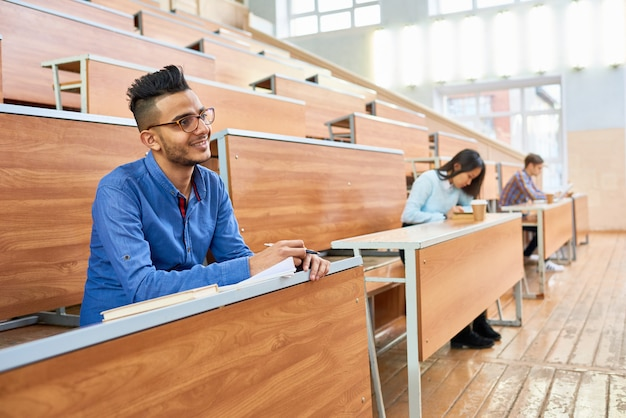 Grupa studentów słuchających wykładów w college