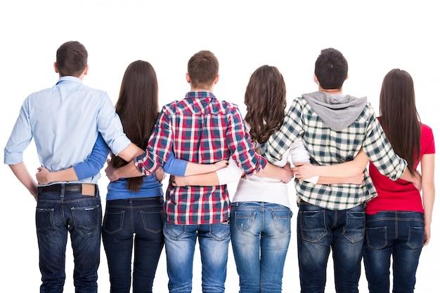 Grupa studentów stoi z tyłu.