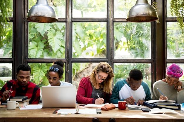 Grupa studentów studiujących razem