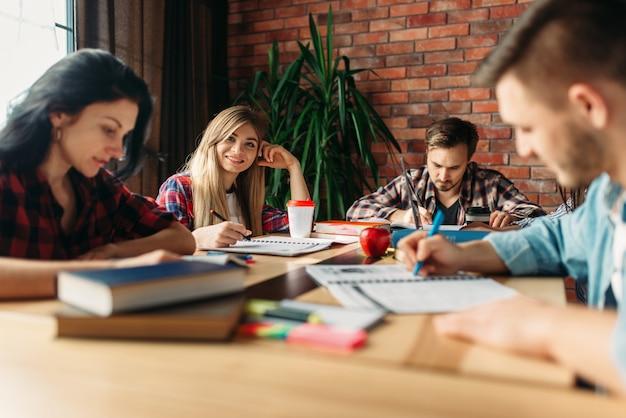 Grupa studentów uczących się przy stole