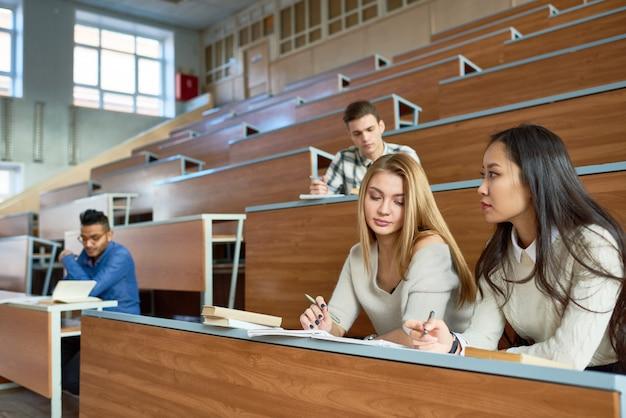 Grupa studentów w college