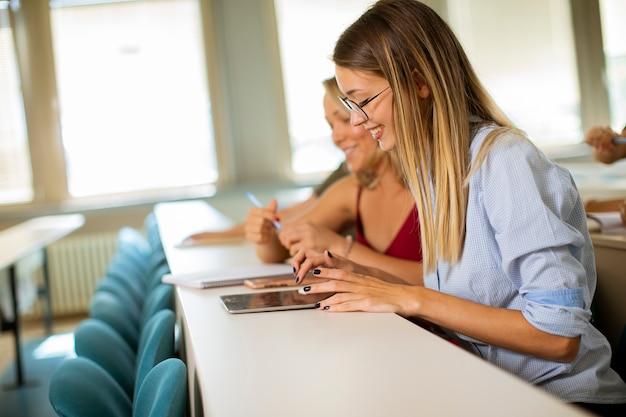 Grupa studentów w klasie