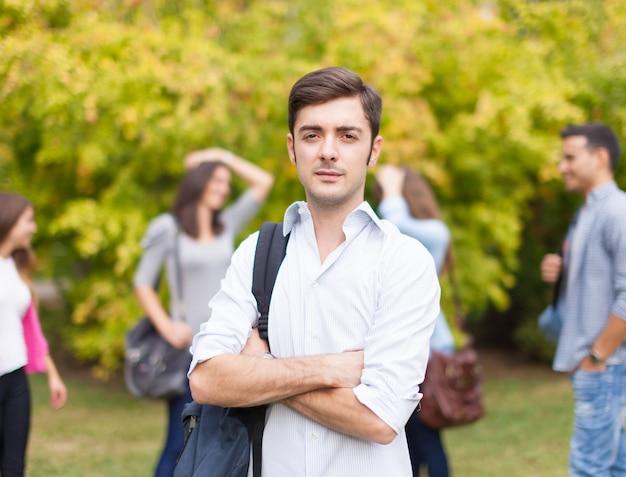 Grupa studentów w parku