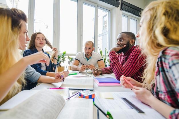 Grupa studentów w tabeli burzy mózgów
