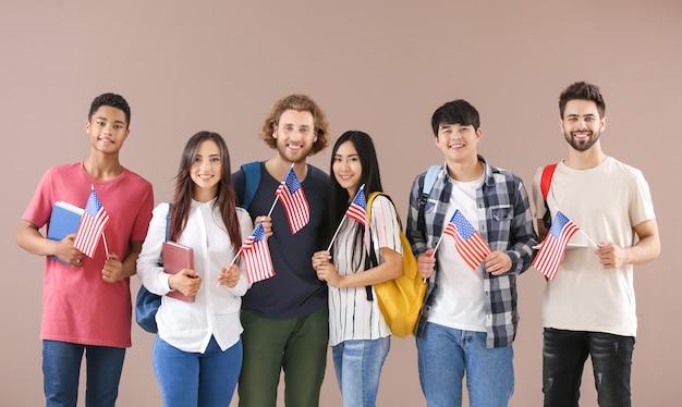 Grupa studentów z kolorowymi flagami usa