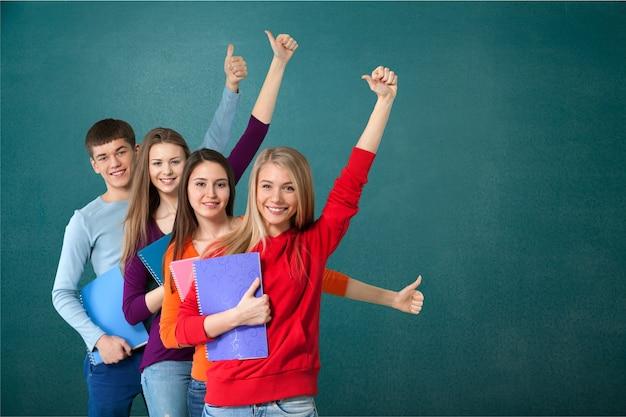 Grupa studentów z książkami izolowanymi na białym tle