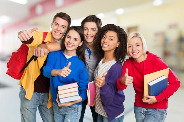 Grupa studentów z książkami na białym tle