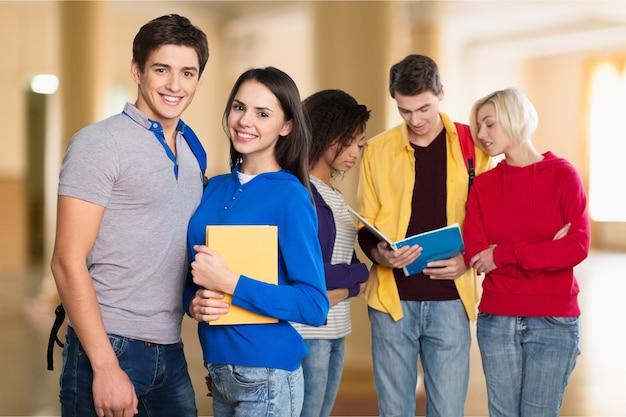Grupa studentów z książkami w tle