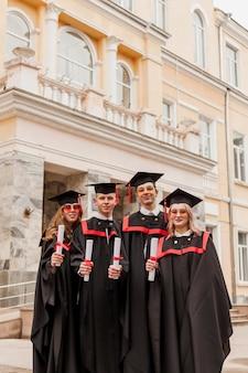 Grupa studentów z niskim kątem