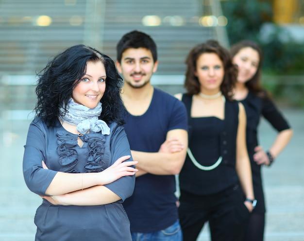 Grupa studentów z uśmiechem