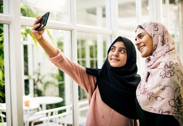 Grupa studentów za pomocą telefonu komórkowego