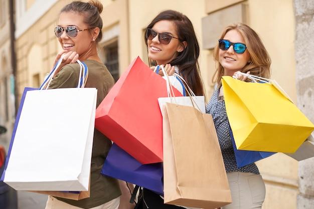 Grupa stylowych kobiet robi zakupy