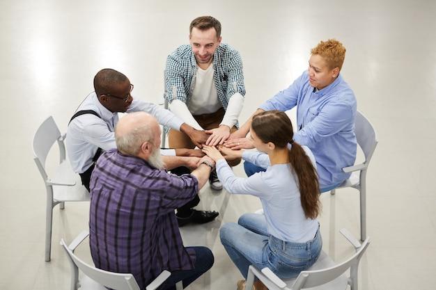 Grupa supporti łączy ręce