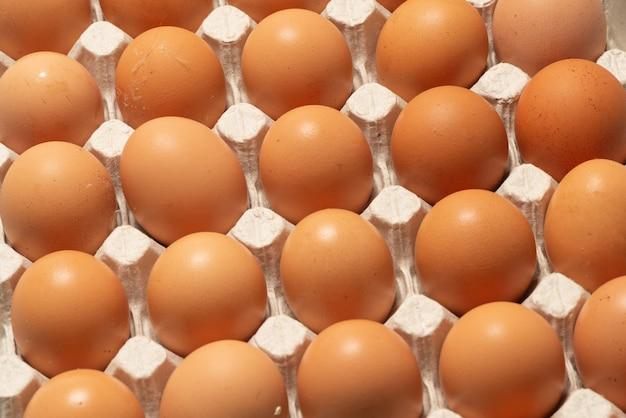 Grupa surowych brązowych jaj. widok z góry.