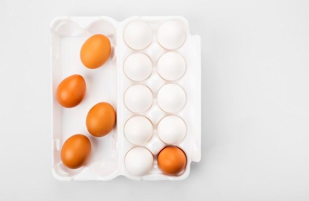 Grupa surowych jaj biały i brązowy.