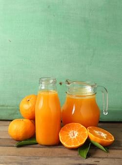 Grupa świeża pomarańcze i sok na drewnianym stole