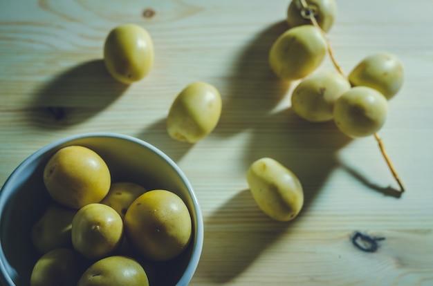 Grupa świeże daty palmy owoc na drewnianym tle: rocznika styl