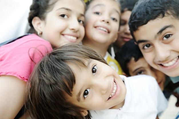 Grupa szczęśliwi dzieci, piękna fotografia