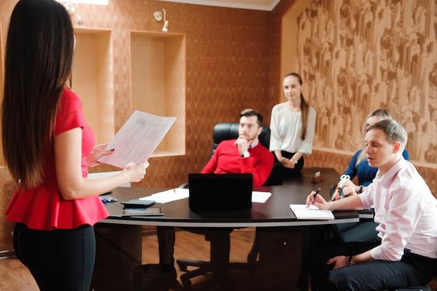 Grupa szczęśliwi młodzi ludzie biznesu w spotkaniu przy biurem