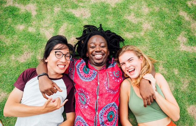 Grupa szczęśliwi przyjaciele kłama na trawie