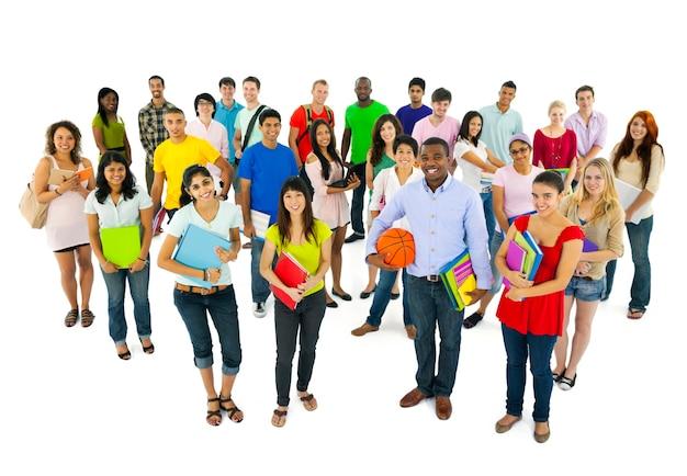 Grupa szczęśliwi różnorodni ucznie