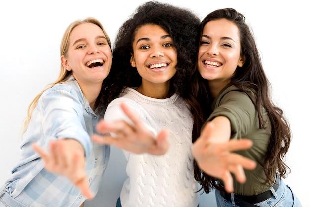 Grupa szczęśliwy młodych kobiet ono uśmiecha się