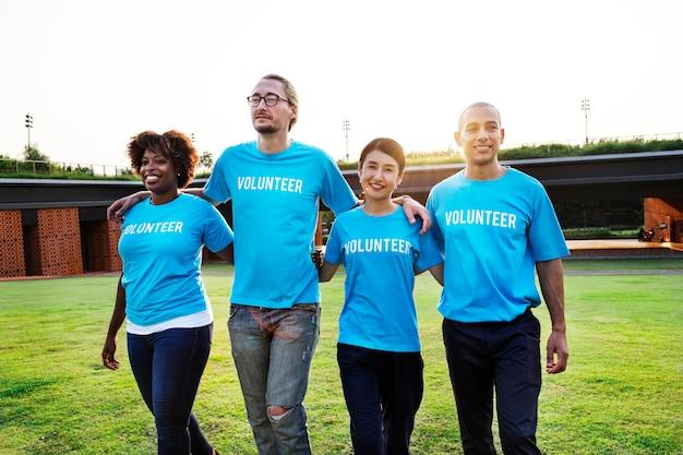 Grupa szczęśliwych i różnorodnych wolontariuszy