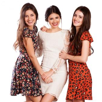 Grupa szczęśliwych ładnych roześmianych dziewczyn