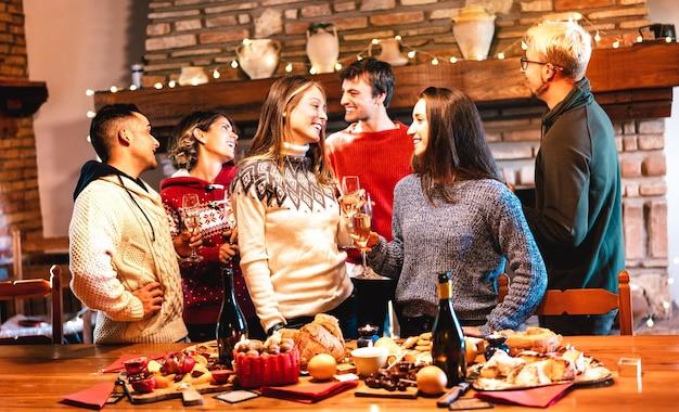 Grupa szczęśliwych ludzi świętuje boże narodzenie podczas kolacji festyn
