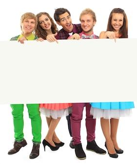 Grupa szczęśliwych ludzi z banerem. na białym tle