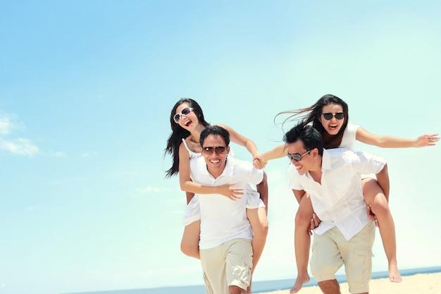 Grupa szczęśliwych młodych ludzi zabawy w letni dzień