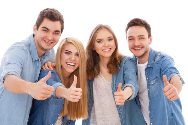 Grupa szczęśliwych młodych ludzi