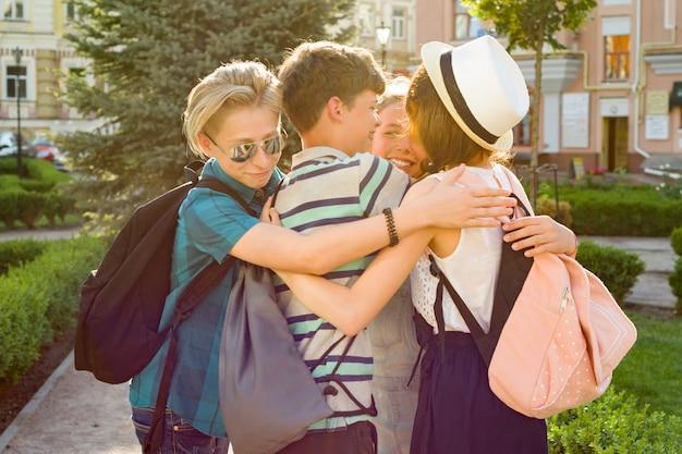 Grupa szczęśliwych nastolatków