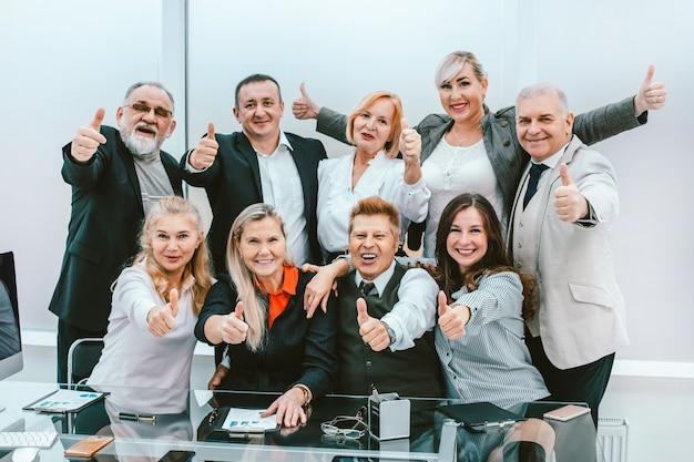 Grupa szczęśliwych pracowników świętujących swój sukces